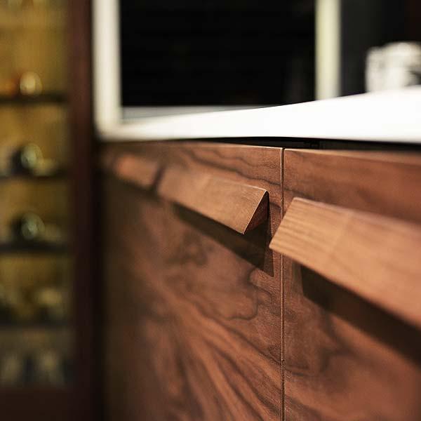 纯实木拉手镶嵌在一块块连纹路都一致的门板上
